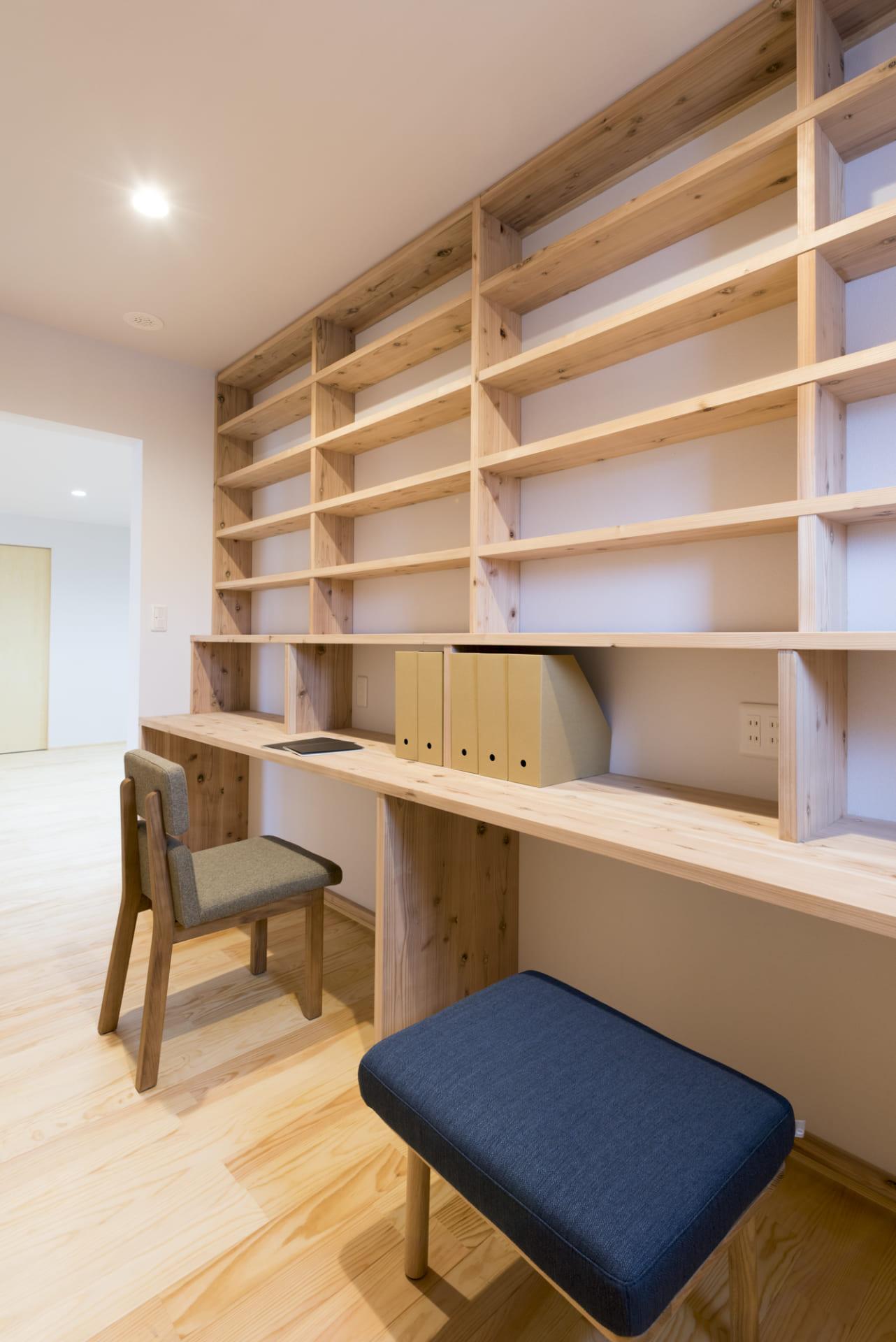 造り付けの机と本棚が上質で統一感のある印象
