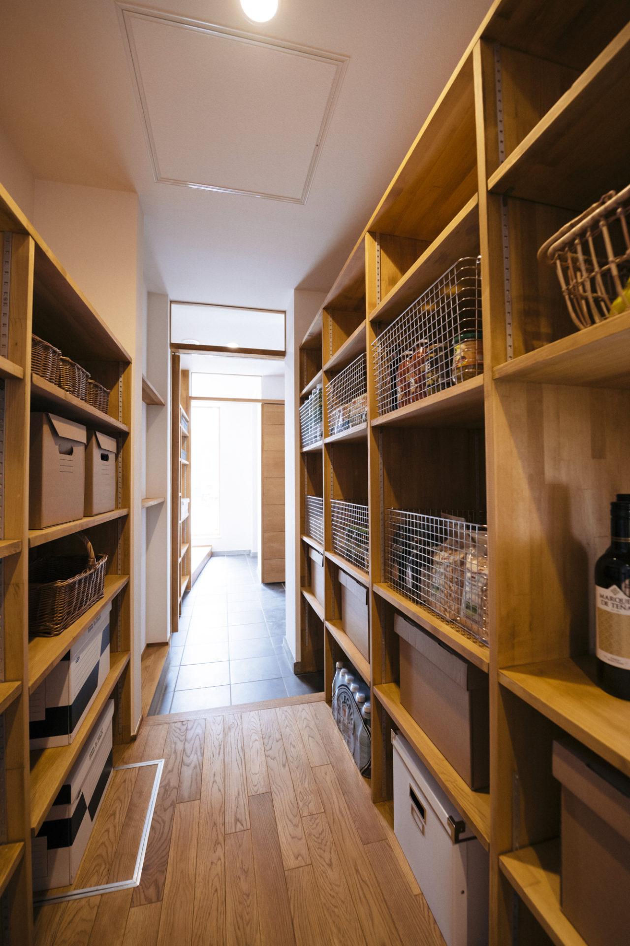 玄関から繋がる収納スペースのある玄関
