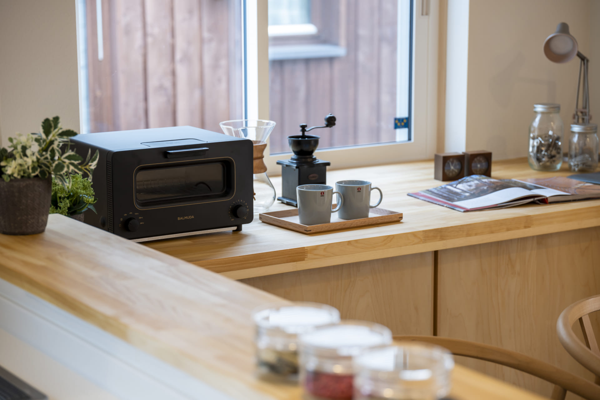 トースターやコーヒーメーカーの乗った木製の棚