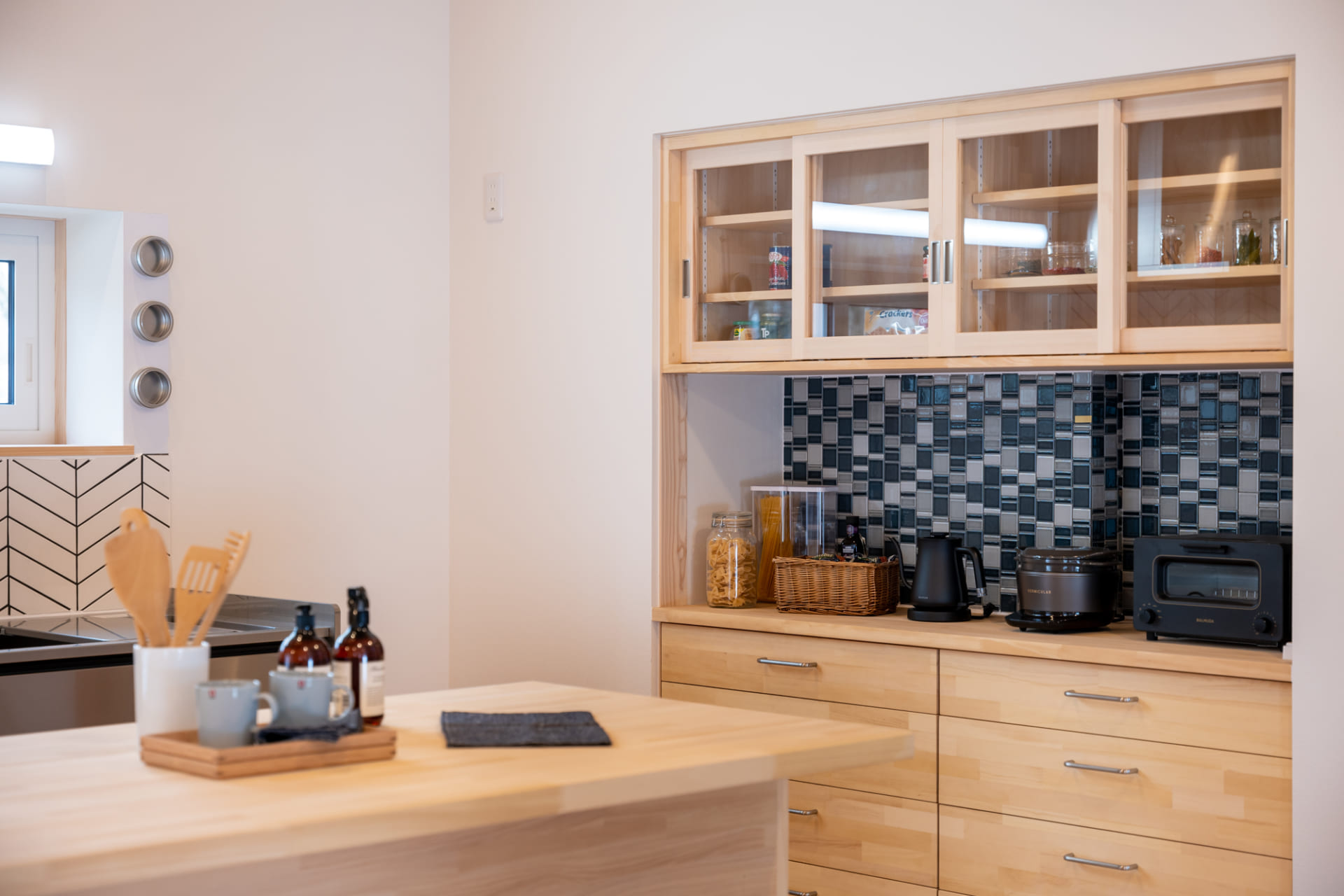 木製のキッチンカウンターと収納棚