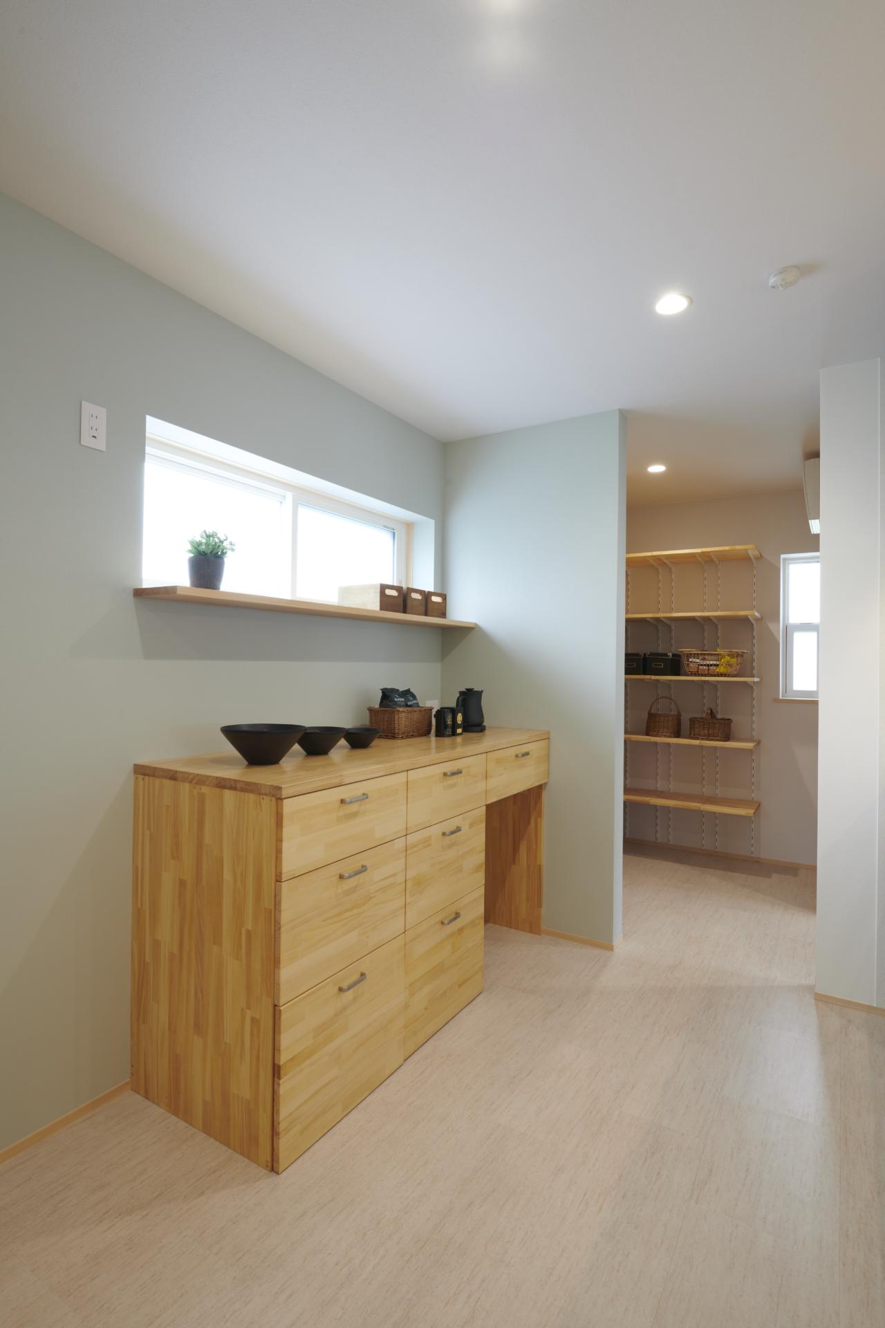 シンプルな木製の棚の上にある器とお茶のセット
