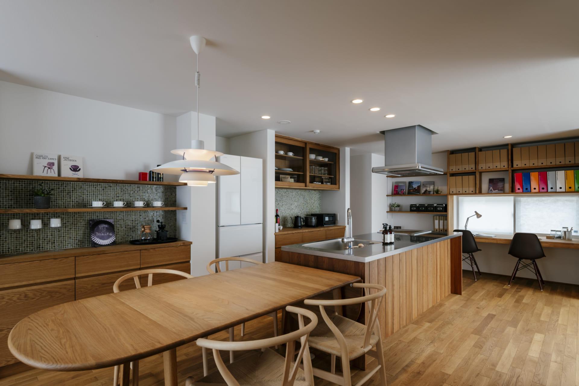 ダイニングキッチンと木製の背面収納