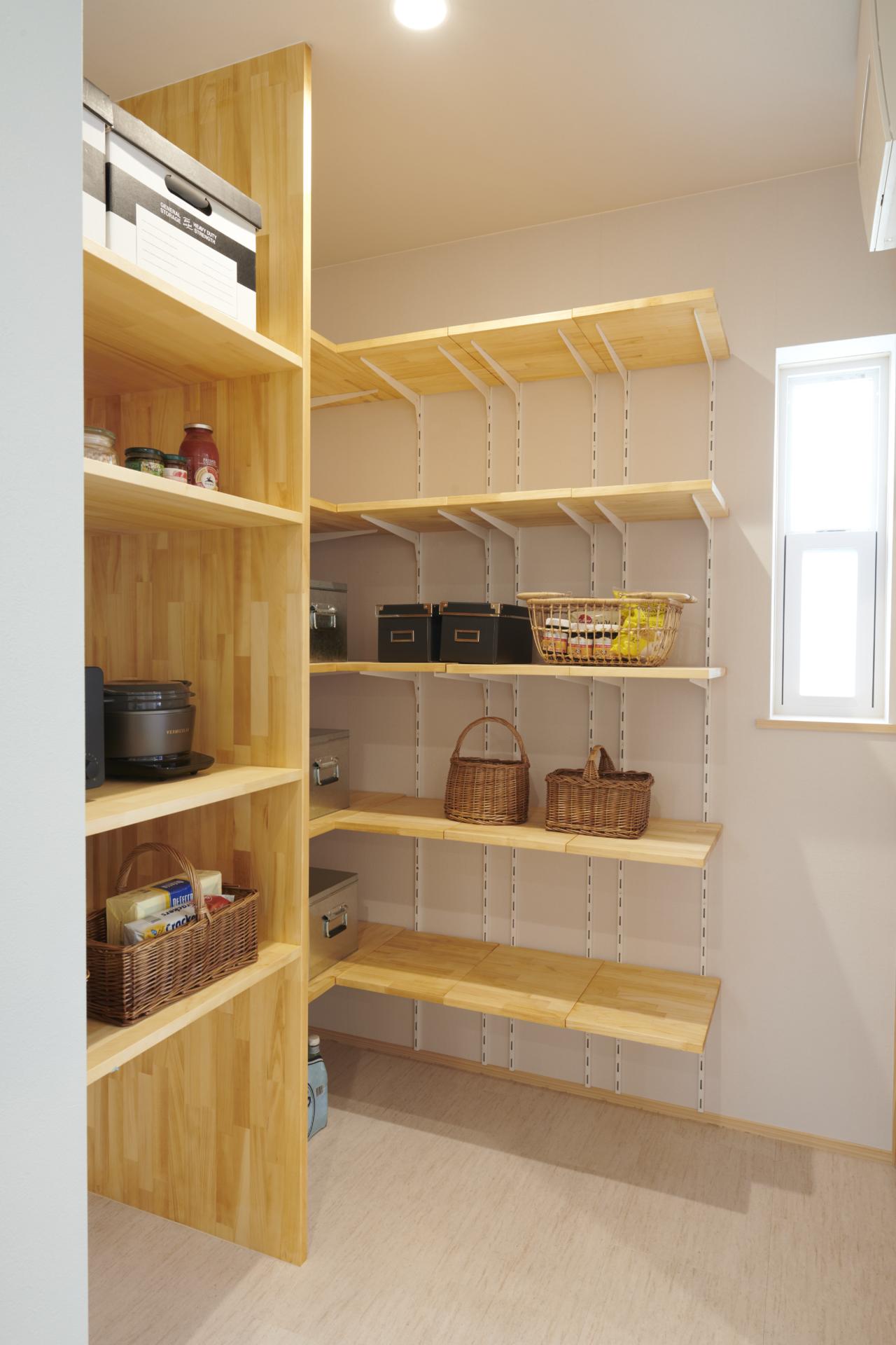 木製の棚の個室のキッチンパントリー