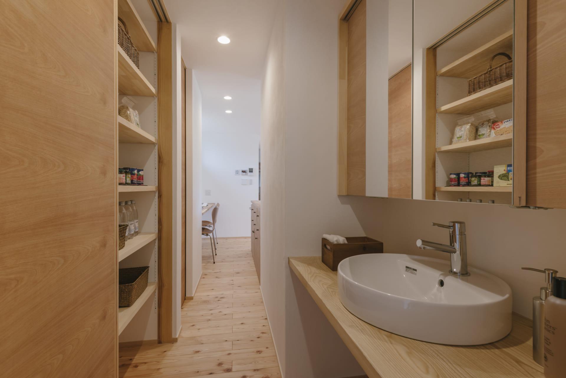 洗面所と繋がる家事動線の良いキッチンパントリー