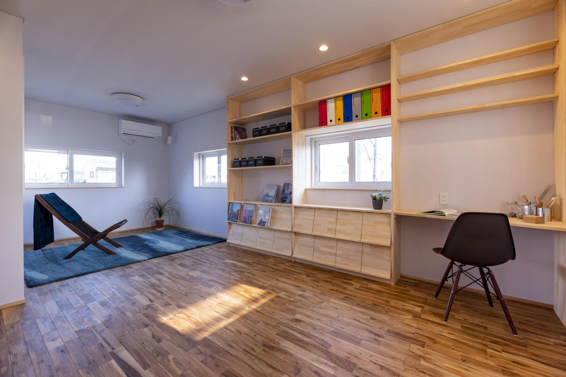 空間を贅沢に使った広々とした書斎