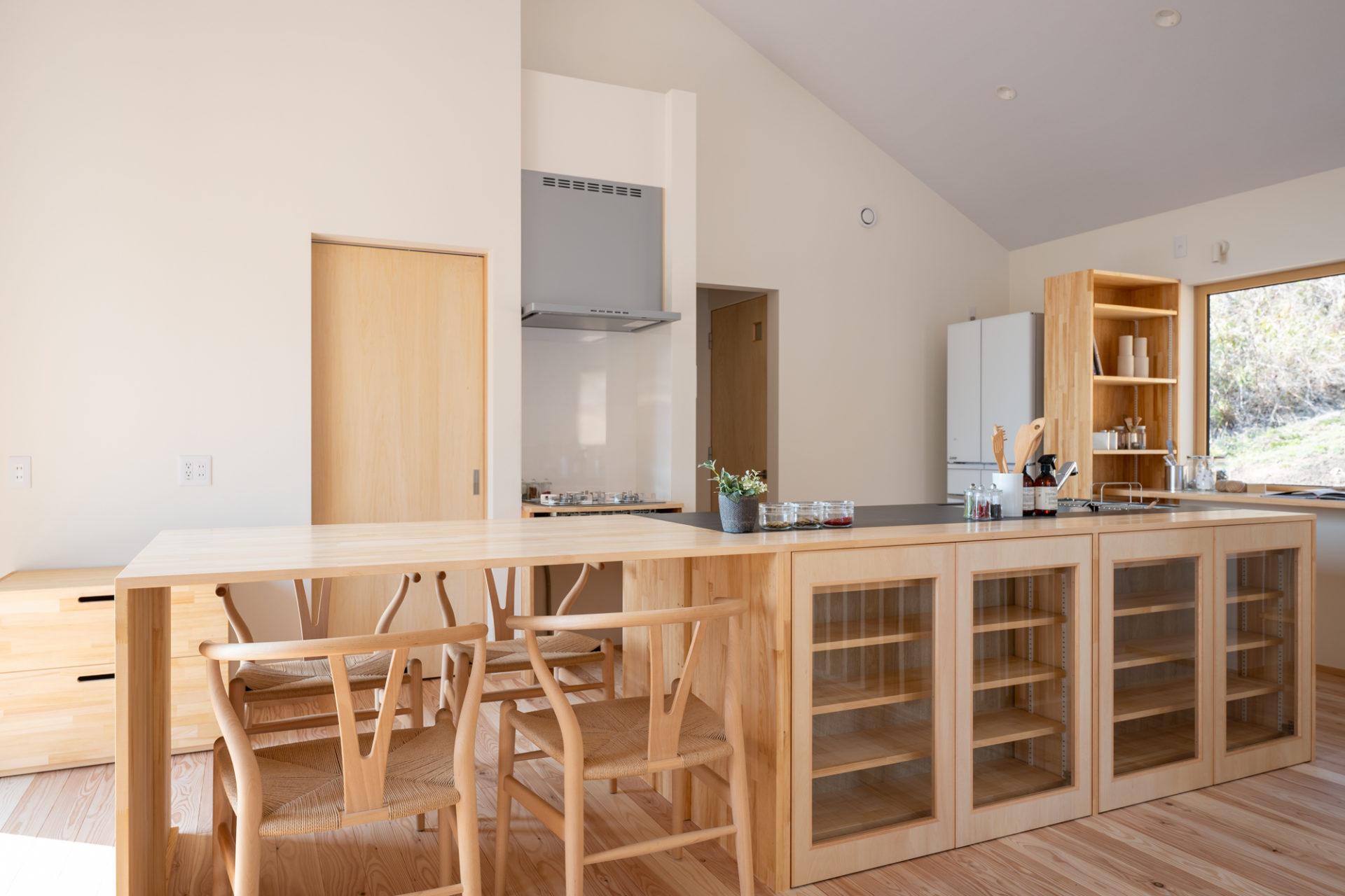 ナチュラルな木目と白い壁が優しい雰囲気のアイランドキッチン