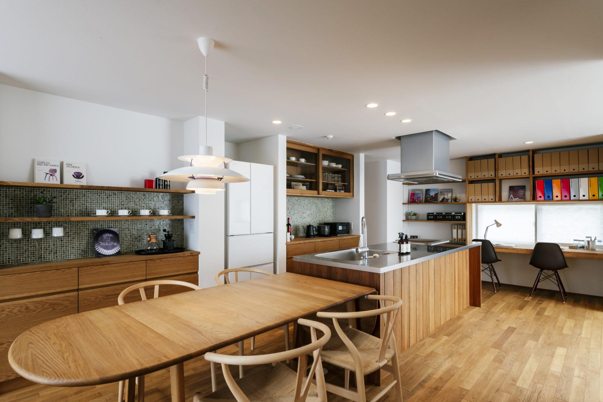 木の質感が統一された暖かみのあるカフェ風のアイランドキッチン