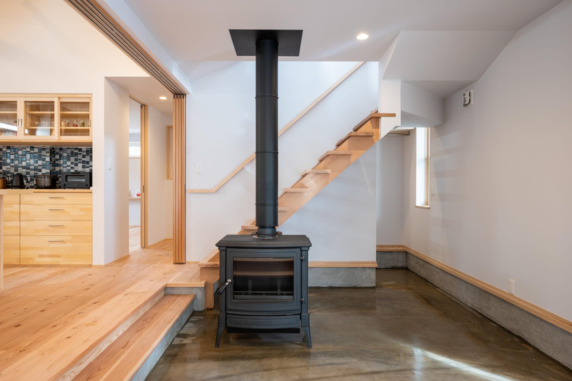 スケルトン階段のデザインは、空間に開放感をもたらす