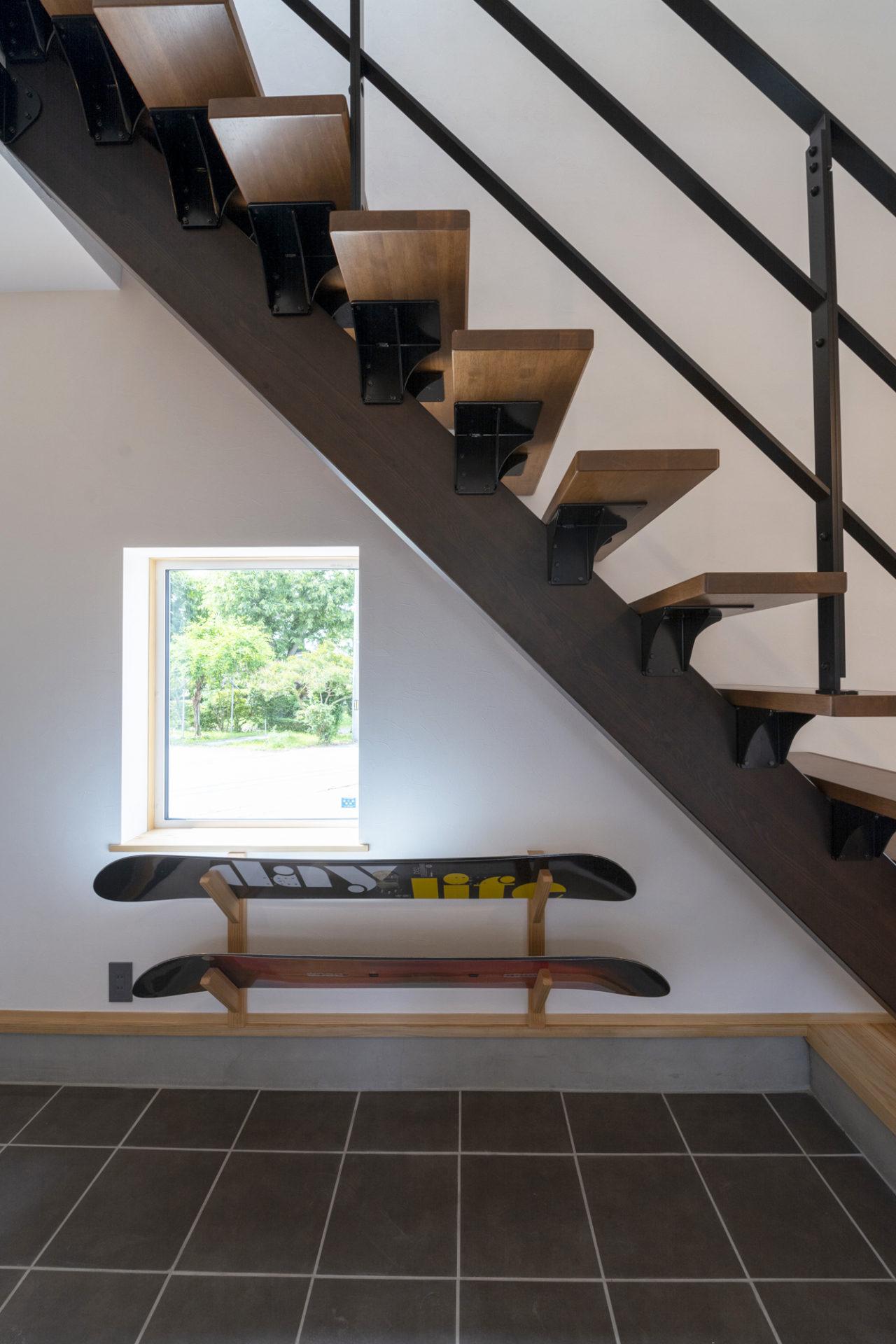 階段下は、スノーボードを飾って、収納とインテリアを兼ねたスペース