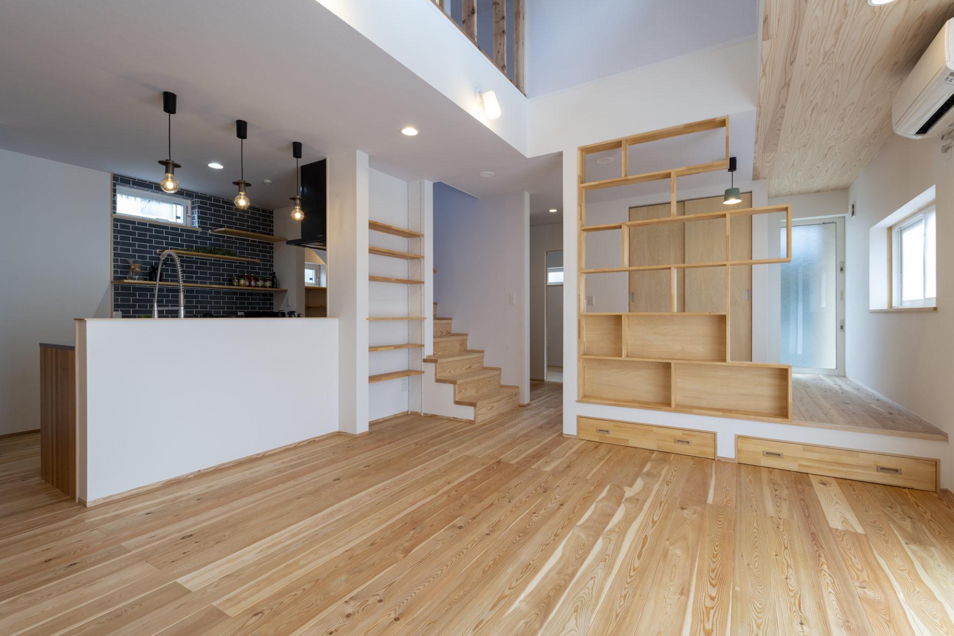 階段下を有効活用したデザインの階段